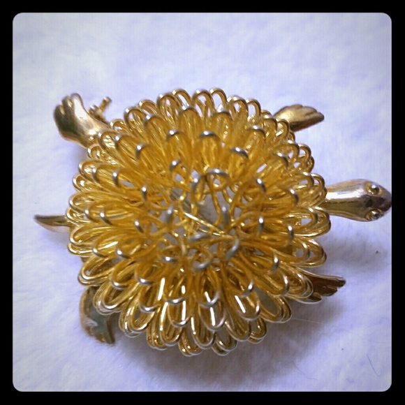 Vintage Jewelry - Unique wire wrapped shell turtle brooch pin.